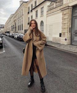 abrigo camel con botas militares mujer