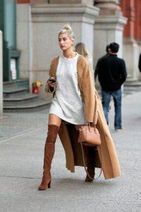abrigo camel largo mujer con botas altas marrones