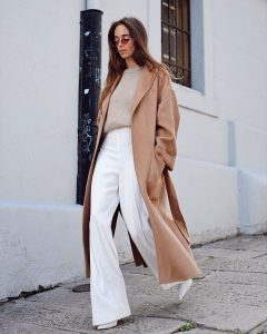 abrigo camel mujer con blanco