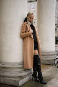 abrigo camel mujer con botas altas negras