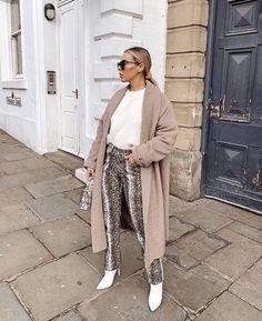 abrigo camel mujer con botas blancas