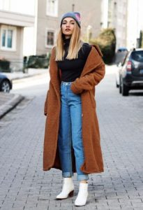 abrigo camel mujer con botine blancos
