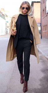 abrigo camel mujer con ropa negra
