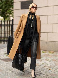 abrigo camel mujer con total look en negro