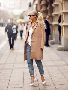 abrigo camel mujer con vaqueros
