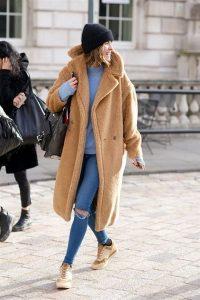 abrigo peluche camel mujer con jeans