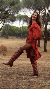 ariadne artiles con vestido rojo y camperas