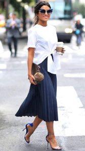 falda plisada marina con camisa blanca
