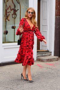 blake vestido rojo con lunares negros y zapatos