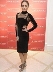 blanca suarez combinando vestido negro largo y sandalias serpiente