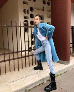 botas altas militares prada con jeans aqueros y abrigo azul