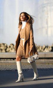 botas blancas con abrigo camel mujer
