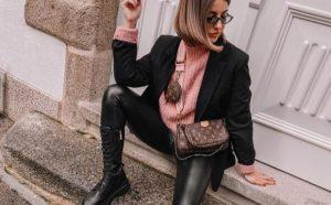 botas altas militares con leggins de cuero negro y bolso de louis vuitton