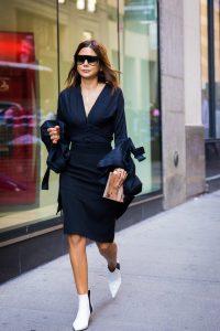 botines blancos con vestido negro mujer