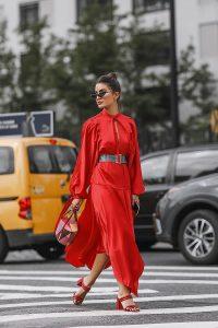 camila coelho vestido rojo y sandalias rojas total look