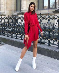 camilla vestido rojo con botas blancas
