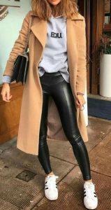 leggins negros con abrigo beige