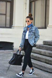 chaqueta vaquera mujer con zapatillas vans