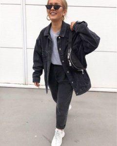 chaqueta vaquera negra mujer con sneakers blancas