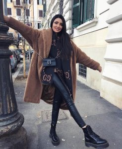 chica abrigo camel borreguito y botas militares