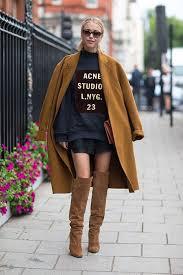 chica con abrigo camel y botas altas marrones