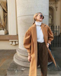jersey blanco con abrigo camel