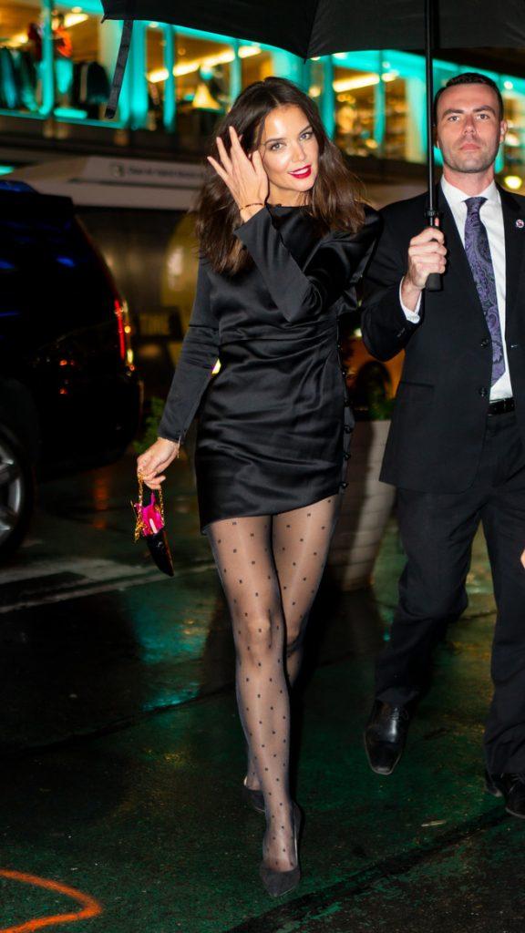 katie con vestido negro y medias lunares