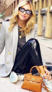 leggin negro de cuero con blazer una blazer gris