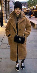 look negro con abrigo camel de borreguito