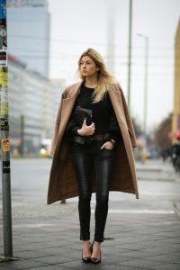 look negro con abrigo camel mujer