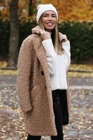 marta con abrigo camel y jersey blanco
