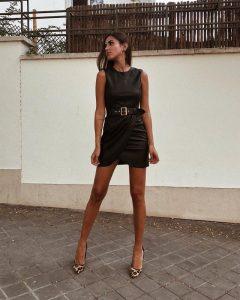 mery con zapatos leopardo y vestido negro