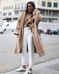 mujer con abrigo camel oversize