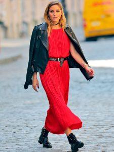 vestido rojo largo negro con botas militares negras y blazer negra