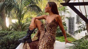paula ordovas con botas militares altas y vestido leopardo
