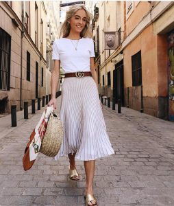 falda plisada gris con camisa basica blanca