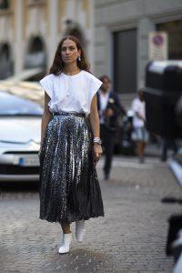 falda plisada plateada con camisa blanca