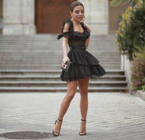 paula ordovas con sandalias y vestido negro
