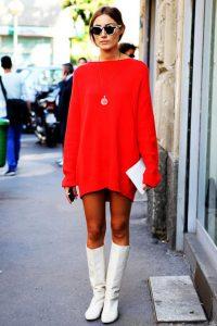 vestido jersey rojo con botas blancas