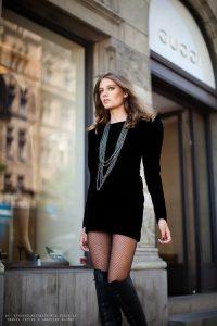 combinar vestido negro terciopelo