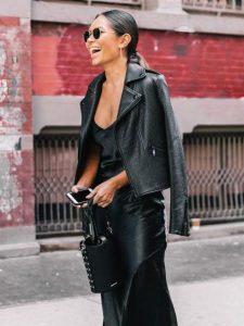 vestido negro mujer con biker negra