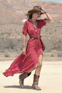 estilo western - vestido rojo con botas marrones camperas y sombrero