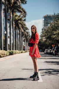 vestido rojo con botas destroyer
