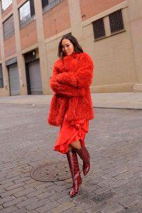 vestido rojo cob botas rojas serpiente