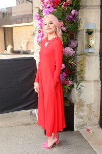 vestido rojo con zapatos fucsia