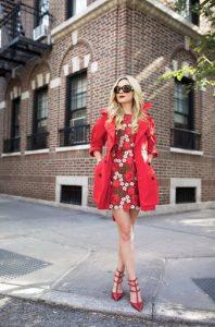 vestido rojo cde flores con abrigo rojo y zapatos rojos