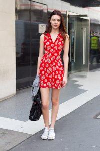 vestiro rojo estampado con flores y sneakers blancas
