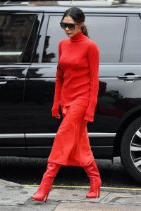 victoria beckham jersey rojo falda roja y botas de color rojo