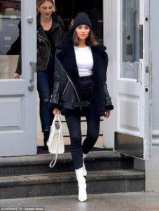 chica con botas blancas y camiseta blanca