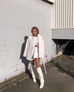 chica con botas blancas y look blanco